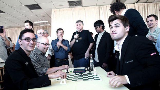 Caruana y Carlsen en un evento de caridad.