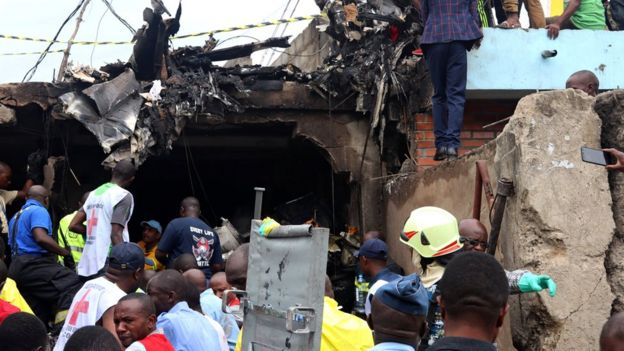Trabajo de rescate después de un accidente de aviación.