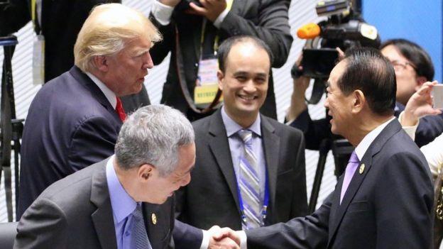 宋楚瑜(前右)與美國總統特朗普(後左)握手。