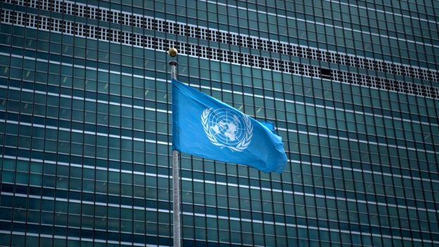 Bandeira das Nações Unidas em frente ao prédio da organização em Nova York