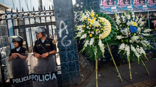 Flores en la sede del APRA en Lima.