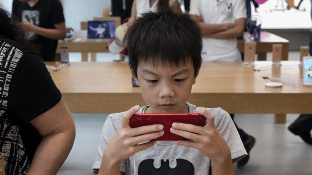 Niño con teléfono inteligente.