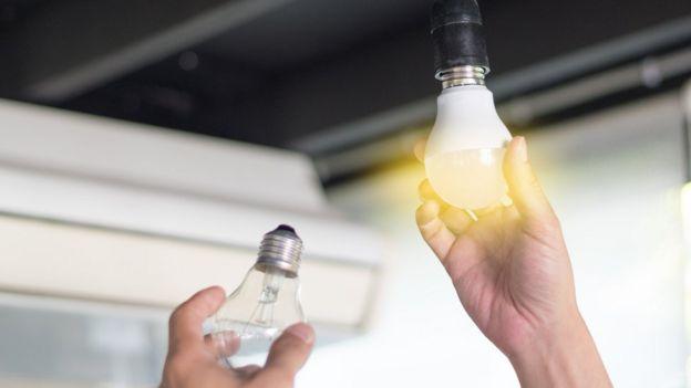 Pessoa trocando lâmpada
