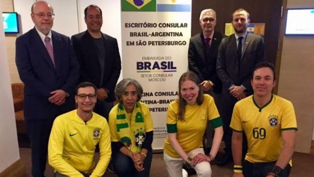 Ministro do Esporte com servidores em consulado temporário Brasil-Argentina