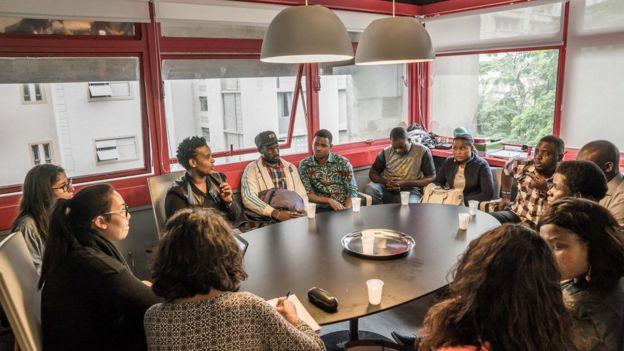 Lara Lopes em reunião com outros refugiados