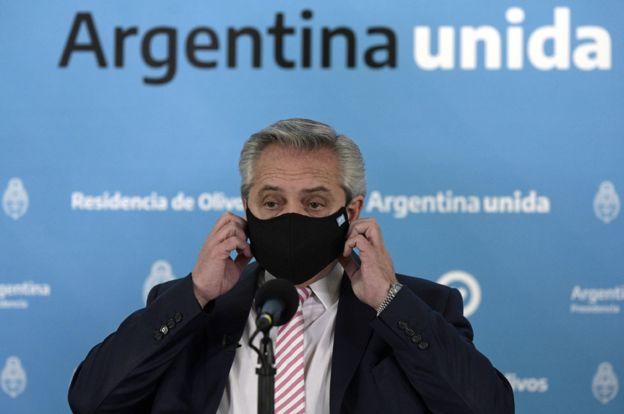 Alberto Fernández utilizando una mascarilla