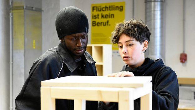 Беженец на обучении в столярной мастерской в Германии в 2015 году