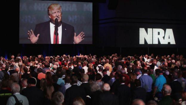 Trump hablando en un evento de la NRA