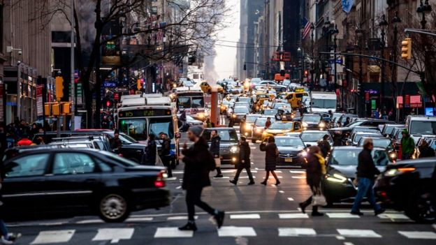 Calle de Nueva York con mucho tránsito.