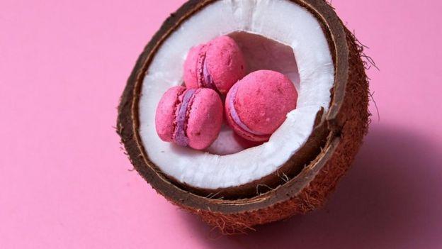 Imagem de doces macarron dentro de um coco