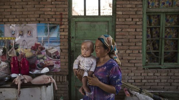 امرأة من أقليات الأيغور تحتفل بعيد القربان المعروف بعيد الأضحى عند المسلمين العرب