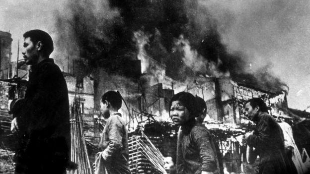 图为1937年元旦被日军轰炸后的重庆街头难民