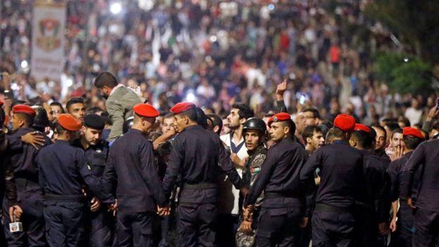 پلیس با ایجاد موانع فیزیکی و شلیک گاز اشکآور مانع حرکت معترضان به سوی ساختمان هیات دولت کردند