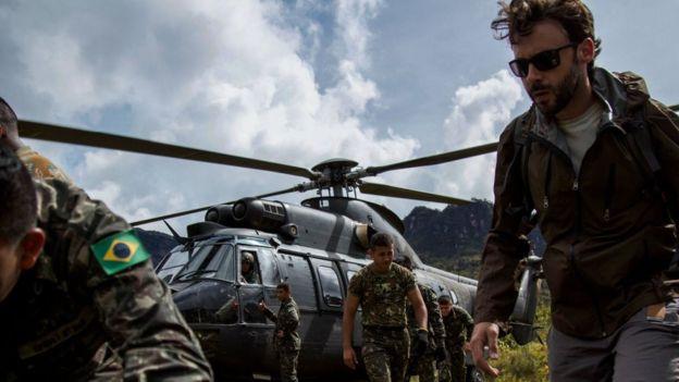 Pesquisadores e militares desembarcam perto do Pico da Neblina