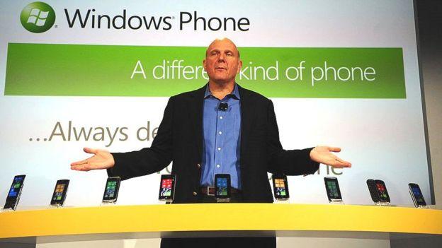 Shirkadda Microsoft ayaa mar saami ka iibsatay Apple, balse waa ay iska sii gadday marki dambe