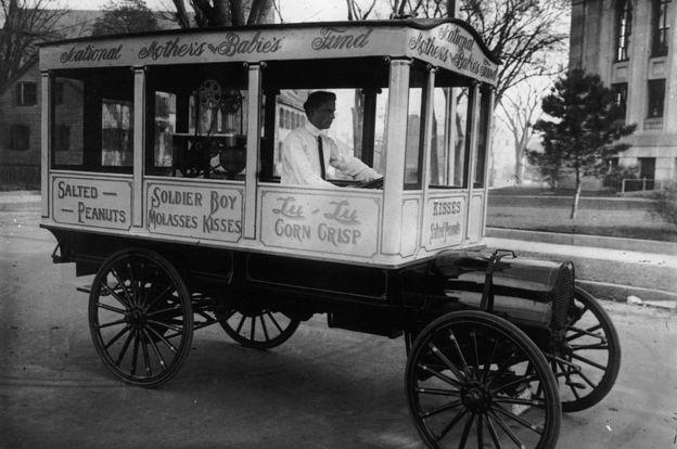 Un carrito de palomitas de maíz a principios del siglo XX.
