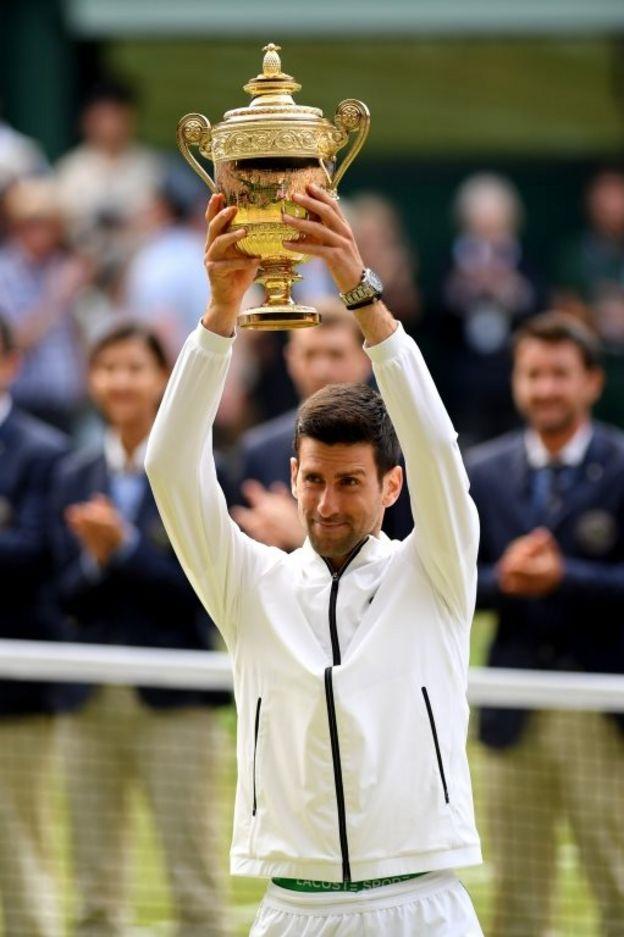 Novak Djokovic levanta su trofeo
