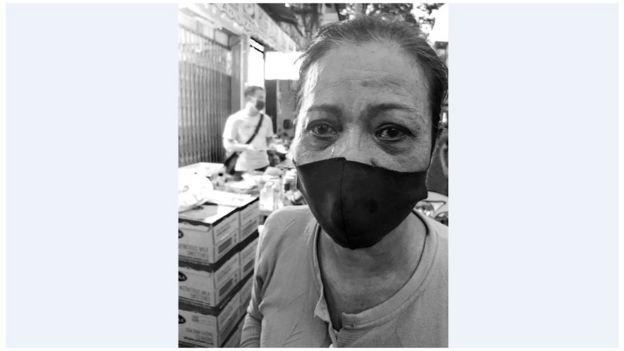 Chị hàng ngày đi làm thuê, nay mất việc, nhận phần cứu đói 25kg gạo và một thùng mí gói trên đường Ngô Quyền
