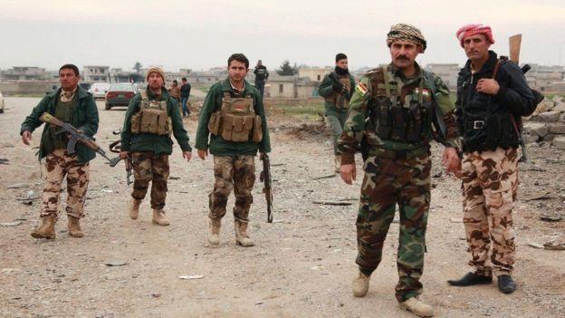 آمریکا می گوید که هواپیمای جنگی سوریه در نزدیکی نیروهای دموکراتیک سوریه - که هسته مرکزی آن را شبه نظامیان کرد تشکیل می دهند - بمب انداخته بود