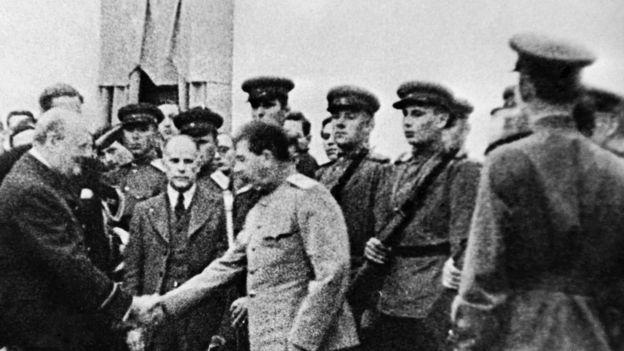 Иосиф Сталин и Уинстон Черчилль на Тегеранской конференции. На заднем плане советский почетный караул.