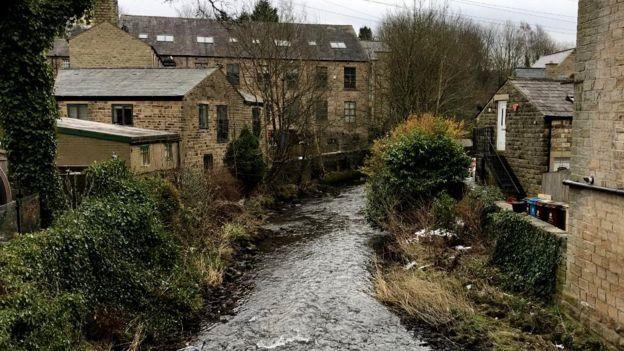 纖維充斥了全英國的河牀