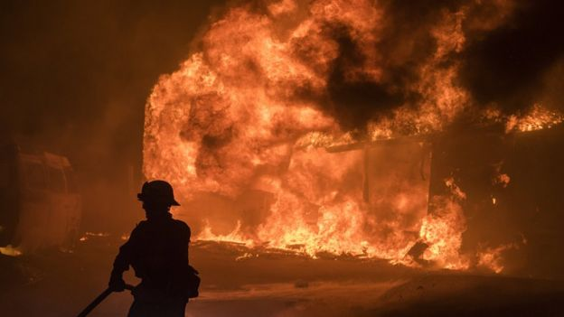 Un bombero frente a un incendio