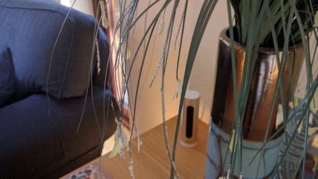 Sensores en la mesa de café de la casa de Simon Daykin
