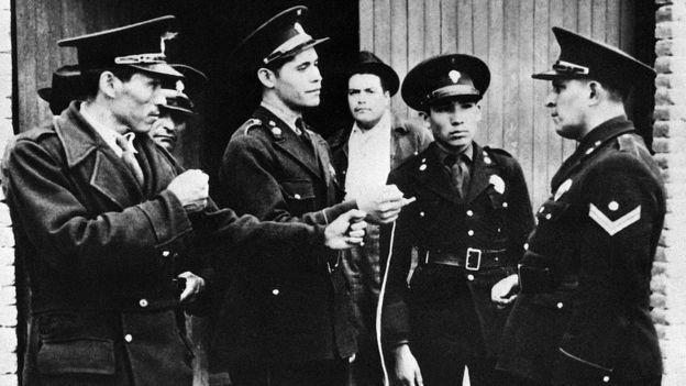 Un grupo de policías junto a la casa de Trotski tras el fallido atentado en su contra.