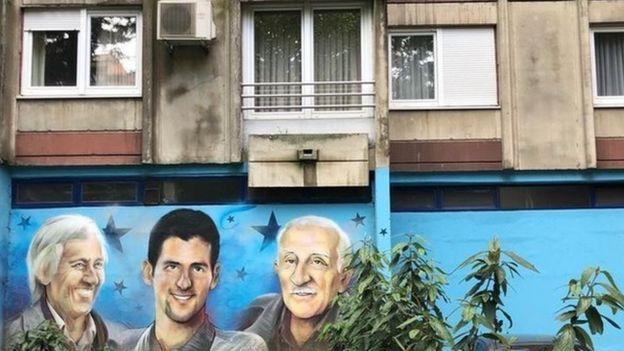 Un mural muestra a Djokovic fuera del apartamento donde vivió durante los bombardeos en Belgrado en 1999.