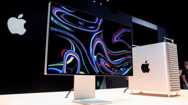 La computadora, la pantalla y el soporte.