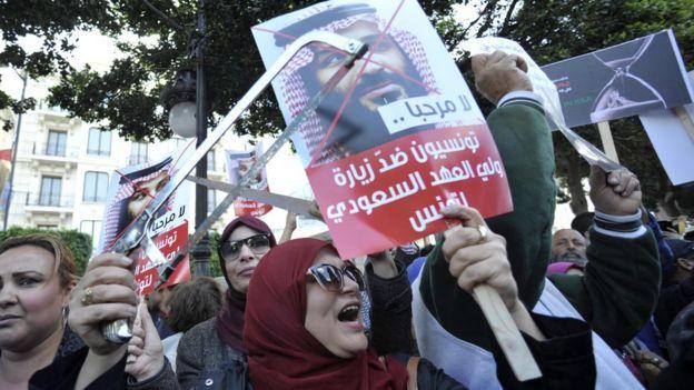 """رفع المحتجون في تونس شعارات تنتقد بن سلمان وتقول إنه """"غير مرحب به"""""""