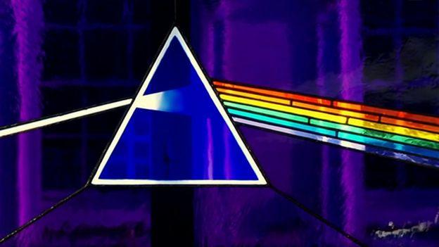 Vitral con prisma y luz refractada de Storm Thorgerson.