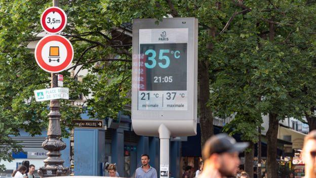 Monitor que muestra una temperatura de 35 grados centígrados