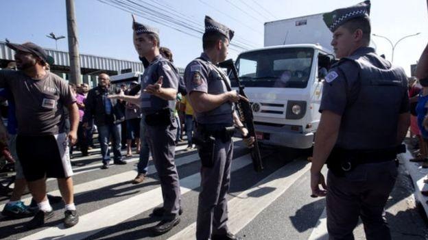 Policiais militares e manifestantes durante greve dos caminhoneiros