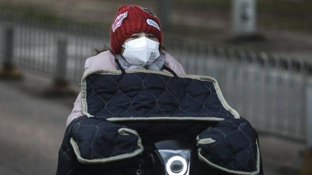 Mujer en bicicleta en Wuhan