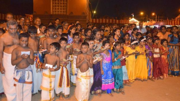 Niños tamiles entonando plegarias religiosas durante el festival Nallur.