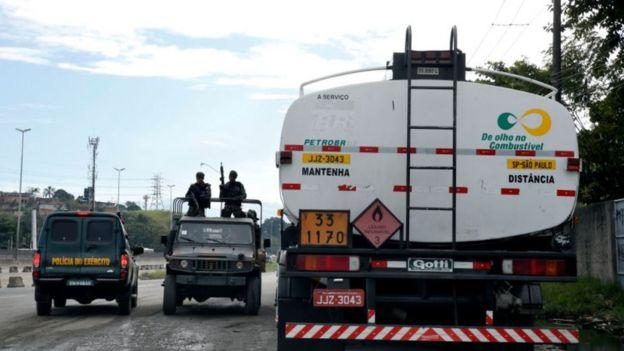 Militares fazem escolta de caminhão de gasolina