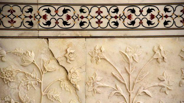 Una grieta en uno de los mármoles del Taj Mahal.
