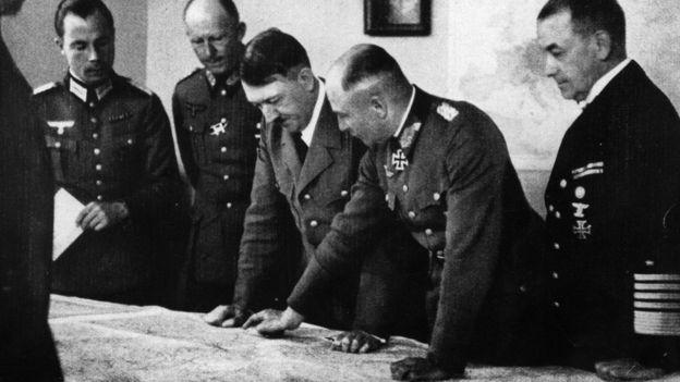 Adolfo Hitler junto a varios de sus comandantes