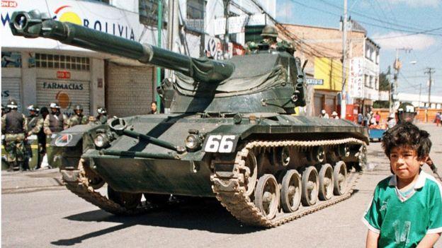 Un tanque del ejército en El Alto, Bolivia, en 2003.