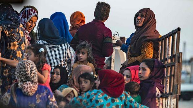 مدنيون يفرون بعد بدء العملية التركية