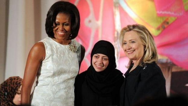 وزيرة الخارجية الأمريكية السابقة هيلاري كلينتون (على اليمين) وميشال أوباما قرينة الرئيس الأمريكي السابق تسلمان سمر بدوي جائزة دولية عام 2012.