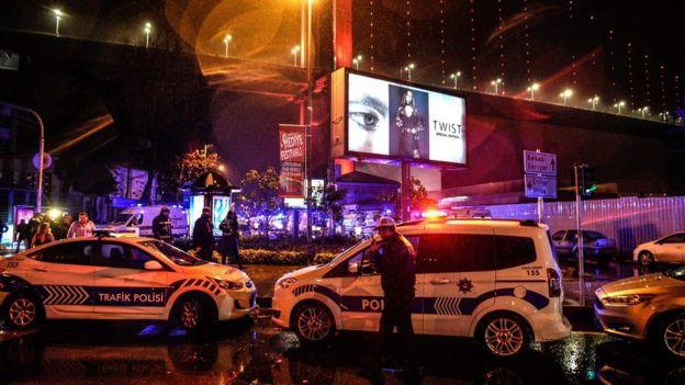 Policiais cercam a boate Reina