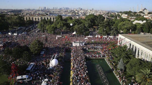 Ekrem İmamoğlu'nun mazbatasını alarak İstanbul Büyükşhir Belediye Başkanlığı görevini davraldığı 27 Haziran'da binlerce kişi İBB binası önünde toplanarak kutlama yaptı.