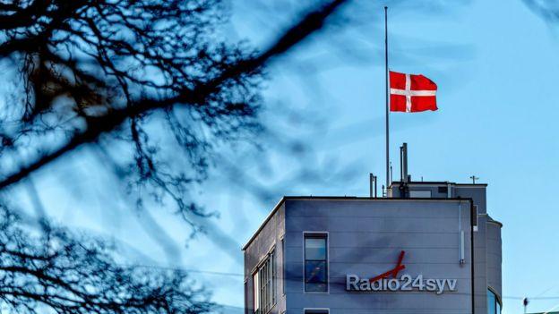 """ایستگاه رادیویی محل کار یاسر ندیم پرچم دانمارک را به نشانه تاسف از مرگش به حالت نیمه افراشته درآورد و در توییتر نوشت: """"بدرود ندیم یاسر، ممنون به خاطر همه چیز."""""""