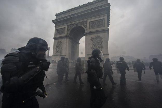 Policías rodean el Arco del Triunfo