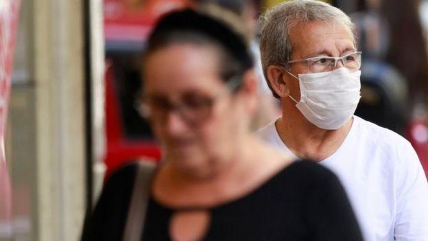Pessoa usando máscara em Porto Alegre
