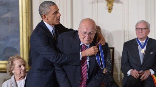 President Barack Obama presents John Dingell with the Medal of Freedom. Photo: November 2014
