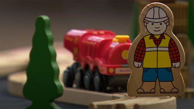 Escena recreada con juguetes, con un obrero a punto de ser arrollado por un tren
