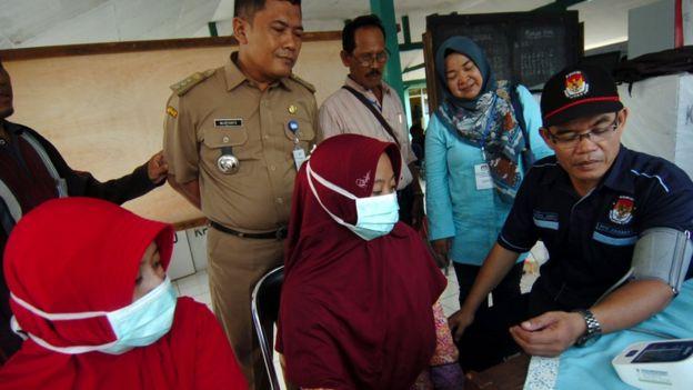 Petugas medis memeriksa kondisi kesehatan anggota penyelenggara Pemilu 2019 di Kecamatan Kramat, Kabupaten Tegal, Jawa Tengah, Senin (22/4/2019).